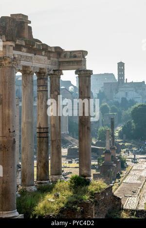 Blick über das Forum Romanum in der Morgendämmerung, aus den kapitolinischen Hügel, mit dem Tempel des Saturn im Vordergrund, Rom, Italien. - Stockfoto
