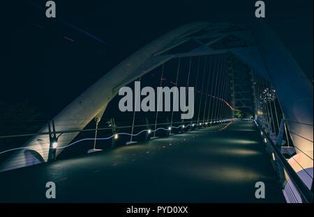 Überschreiten der Humber Bay Bridge in Toronto, Kanada - touristische Attraktion für moderne Architektur - Stockfoto