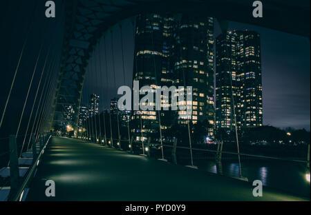 Neue Architektur mit modernen Formen von Humber Bay Bridge in Toronto, Kanada - lange Belichtung nach Einbruch der Dunkelheit - Stockfoto