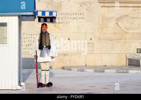 Athen, Griechenland - 15. AUGUST 2018: evzoni Guard, griechischen Präsidialerlass Wächter vor dem griechischen Parlament Gebäude auf dem Platz Syntagma - Stockfoto