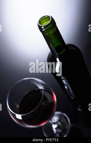Glas und Flasche Rotwein, kopieren Sie Platz für Ihren Text. - Stockfoto