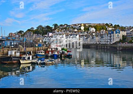 Eine Sammlung von kleinen Fischerboote vertäut an der Hafenpromenade im hübschen Küstenort Brixham, Devon, England, Grossbritannien - Stockfoto
