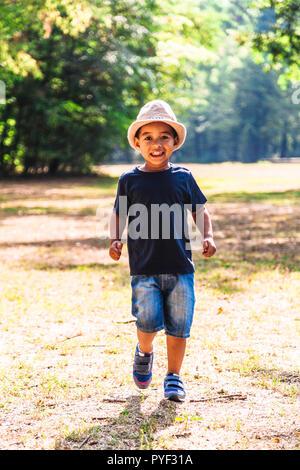 Close up Portrait von kleinen Jungen, die draußen im Park - Stockfoto
