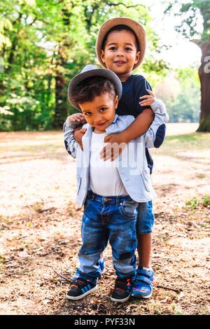 Jeweils zwei glückliche Brüder Hug andere Outdoor - Stockfoto