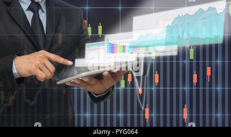 Geschäftsmann mit der taplet der trading Graph der Börse auf dem virtuellen Bildschirm über den Aktienkurs Hintergrund angezeigt, Business Börse conc - Stockfoto