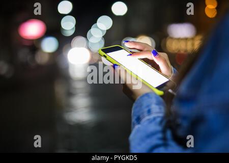 Ansicht der weiblichen Fingern berühren leeres Display der modernen Smartphone in Suche von Informationen auf der Website mit 4G-Internet beschnitten. Woman's Hände halten