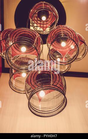 Luxus Beleuchtung Dekoration, Bird Cage Lampe dekorieren bei wenig Licht Halle - Stockfoto