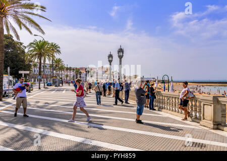 Touristen auf der Esplanade, Playa de La Caleta, Cadiz, Spanien - Stockfoto
