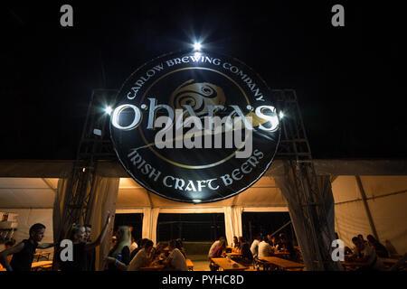 Belgrad, SERBIEN - 19. AUGUST 2018: Giant Logo von O'Hara Bier auf einen im Sommer geöffneten Bar. O'Hara's, Teil der Carlow Brauerei Group ist ein irisches Bier p - Stockfoto