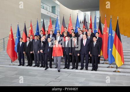 Berlin - Bundeskanzlerin Angela Merkel und der chinesische Ministerpräsident Li Keqiang zusammen mit dem deutsch-chinesischen Delegationen im Bundeskanzleramt auf der Fotosession. - Stockfoto