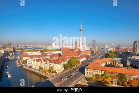 Über Berlin Innenstadt an einem hellen Tag im Herbst, ein Luftbild in Richtung Spree tiver und TV Smog - Turm am Alexanderplatz. - Stockfoto