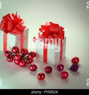 Zwei weiße Geschenkbox und Weihnachtskugeln. isoliert auf weißem
