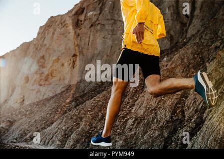 Gesunde Lebensweise sport Mann laufen auf Mountain Trail im Sonnenlicht