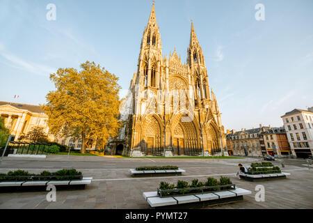 Blick auf die gotische Fassade der Kirche von Saint-Ouen während des Sonnenuntergangs in Rouen, Stadt, die Hauptstadt der Region der Normandie in Frankreich - Stockfoto