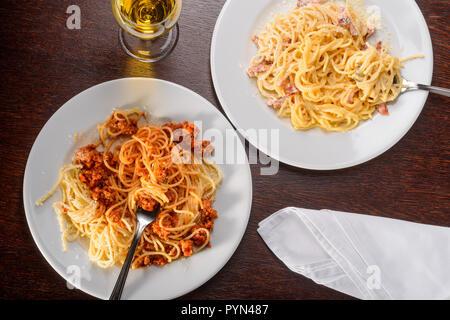 Zwei verschiedene Varianten der Pasta - Stockfoto