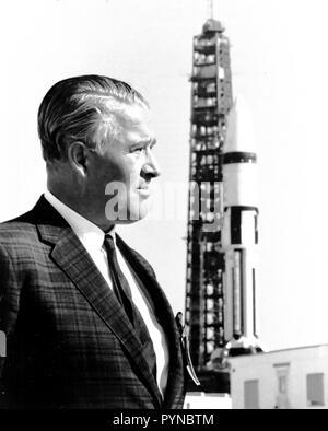 Dr. Wernher von Braun, steht vor einem Saturn IB-Trägerrakete im Kennedy Space Center (KSC).
