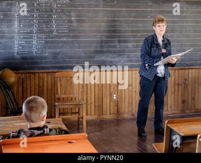 Schwarzer mann aus weißen mädchen in der schule