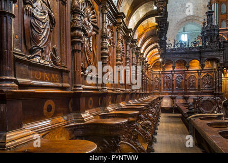 Kunstvoll geschnitzten Chorgestühl in der Cathédrale Notre-Dame de Saint-Bertrand-de-Comminges Kathedrale, Haute-Garonne, Pyrenäen, Frankreich - Stockfoto