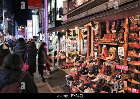 Tokio, Japan - Dezember 4, 2016: Leute shop Nachts im Takeshita Straße, Harajuku Distrikt von Tokio, Japan. Tokyo ist die Hauptstadt von Japan. 37,8 - Stockfoto
