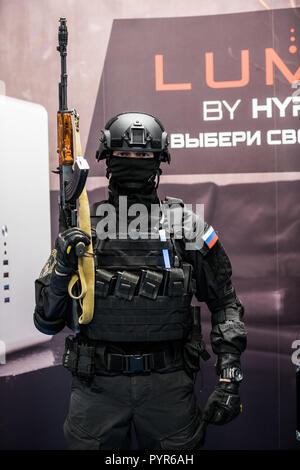Moskau, Russland - 27. OKTOBER 2018: epizentrum Counter Strike: weltweite Offensive esports Event. Ein cosplayer gekleidet, wie ein Soldat mit einem Gewehr. - Stockfoto