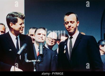 (8. Mai 1961) - - - Präsident John F. Kennedy (links) gratuliert der NASA Distinguished Service Medal Award Empfänger Astronaut Alan B. Shepard jr. in einem Rosengarten Zeremonie am 8. Mai 1961, im Weißen Haus. Vizepräsident Lyndon B. Johnson, NASA-Administrator James Edwin Webb und mehreren NASA-Astronauten sind im Hintergrund. - Stockfoto