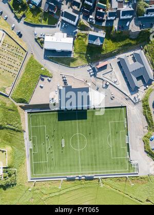 Luftaufnahme der Fußballplatz, Eidi, Eysturoy Island, Färöer, Dänemark - Stockfoto