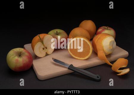 Kreative surreale Stillleben mit Äpfeln und Orangen - Stockfoto