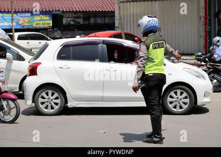 Makassar, Indonesien. 31 Okt, 2018. Fahrzeug Kontrollen durch die Polizei gegen eine Anzahl von Fahrzeugen in der Stadt Makassar, Mittwoch, 31. Oktober 2018. Inspektionen im Rahmen der Zebra betrieb Credit: Herwin Bahar/Alamy leben Nachrichten - Stockfoto