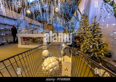 Warenkorb Christmas shopping fair mit verschiedenen Arten von Dekoration für Verkauf - Stockfoto