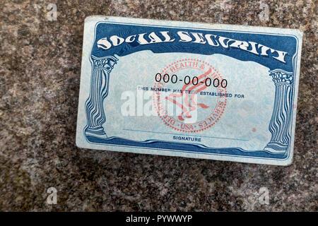 Verzerrte Social Security Card auf Stein Oberfläche - Stockfoto