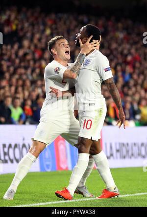 England's Raheem Sterling (rechts) feiert zählenden öffnung Ziel seiner Seite des Spiels mit Teamkollege Kieran Trippier während der Nationen Liga Spiel bei Benito Villamarin Stadium, Sevilla.