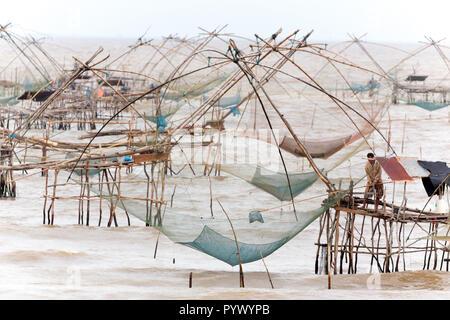 Riesigen chinesischen Fischernetze in Phatthalung, South Thailand - Stockfoto