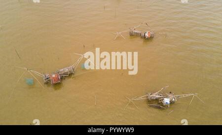 Blick von oben auf die riesigen chinesischen Fischernetze in Phatthalung, South Thailand - Stockfoto
