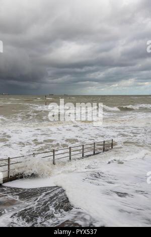 Margate Steg hinunter zum erschreckend raue See. - Stockfoto