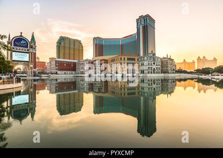 Macau, China - Dezember 9, 2016: Venetian Casino im See bei Sonnenuntergang in Cotai Strip widerspiegelt. Das Venetian Macau Casino ist ähnlich dem Venetian Casino von Las Vegas. - Stockfoto