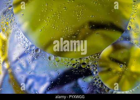 Öl in Wasser. Abstrakte molekulare Struktur. Makro Fotografie. extreme Close-up. Stock Bild.