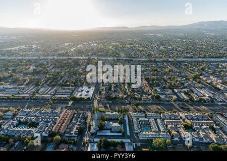 Antenne Sonnenuntergang Blick Richtung Sepulveda Blvd und den 405 Freeway in der North Hills Gebiet des San Fernando Valley in der Stadt Los Angeles, Californi - Stockfoto