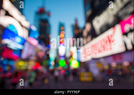 Abstrakte Unschärfe-effekte im Blick auf Times Square mit glühenden Lichter, Verkehr, und Massen unter hellen Dämmerung Himmel in New York City, USA - Stockfoto