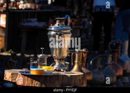 Die traditionellen russischen Samowar und Tee Zubehör im Freien - Stockfoto