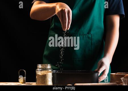 Hände von einem Koch Bäcker Frau kneten den Teig - Stockfoto