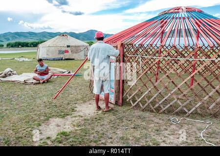 Ondor Khutag, zentrale Mongolei - 17. Juli 2010: Nomaden der traditionellen Jurten genannt Gers auf zentralen mongolischen Steppe in der Nähe von Khutag Ondor Dorf bauen. - Stockfoto