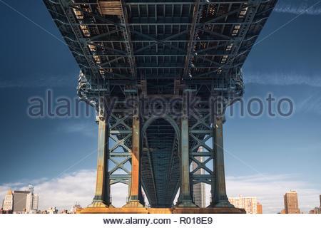 Unter der Manhattan Bridge in New York City - Stockfoto