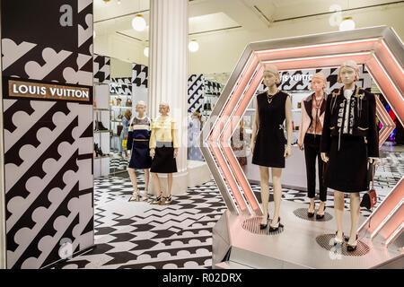 e9d74f3ade0a3 ... London England Vereinigtes Königreich Großbritannien Marylebone  Kaufhaus Selfridges einkaufen im Innenraum Luxushotels in Retail display  Verkauf