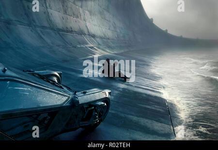 'K' (Ryan Gosling) und Rick Deckard (Harrison Ford) außerhalb der Stadtmauern von Blade Runner 2049 (2017) unter der Regie von Denis Villeneuve. Eine Fortsetzung der 1982 classic Set 30 Jahre später, in dem ein neuer Blade Runner deckt ein Geheimnis. - Stockfoto