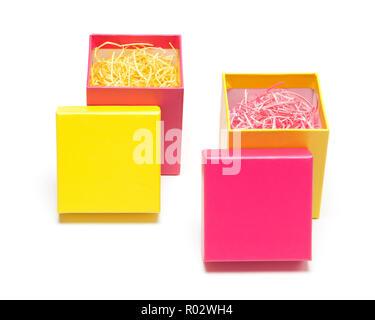 Zwei offene farbige Geschenkboxen mit dekorativen Späne auf weißem Hintergrund - Stockfoto