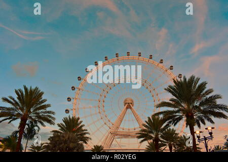 Orlando, Florida. Oktober 18, 2018. Orange ausgeleuchtet Big Wheel an bewölkten lightblue Hintergrund in den International Drive. - Stockfoto