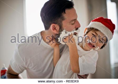 Vater und Sohn machen eine Verwirrung mit Rasierschaum. - Stockfoto