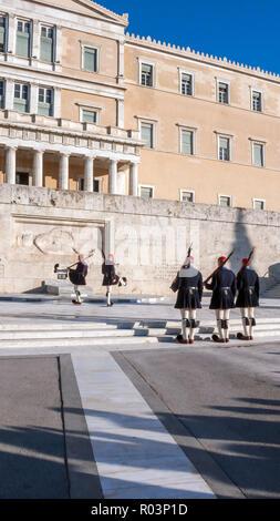 Athen, Griechenland - Januar 19, 2017: Evzones - Presidential zeremoniellen Wachen vor dem Grab des Unbekannten Soldaten, das Griechische Parlament, Athen, Griechenland - Stockfoto