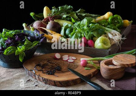 Der Zubereitung aus frischen Produkten in einer Küche Szene komplett mit Holz Schneidebrett und Salz ewer. - Stockfoto