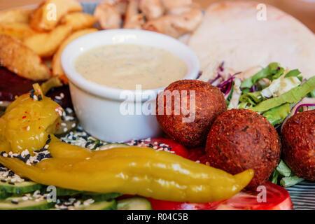 Schale mit Falafel, Pfeffer und Gemüse Mix mit Schüssel tauchen ein, in der Mitte - Stockfoto